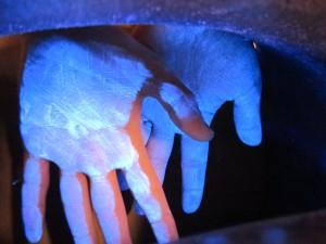 Glitterbug fint fordelt på håndflader prøv at være lige så omhyggelig med finger kanter og mellemrum
